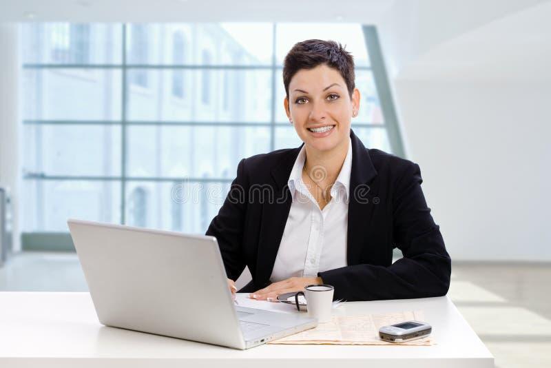 女实业家办公室工作 免版税图库摄影