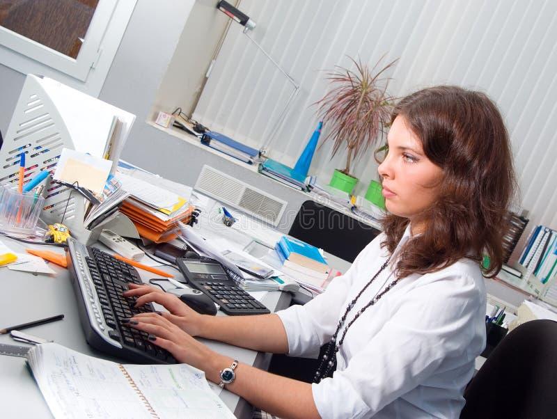 女实业家办公室年轻人 免版税库存图片