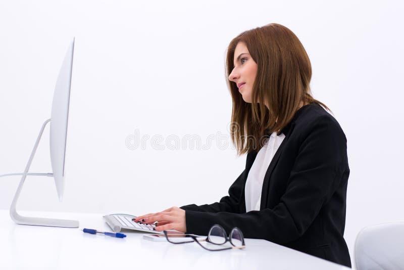女实业家办公室运作的年轻人 免版税图库摄影