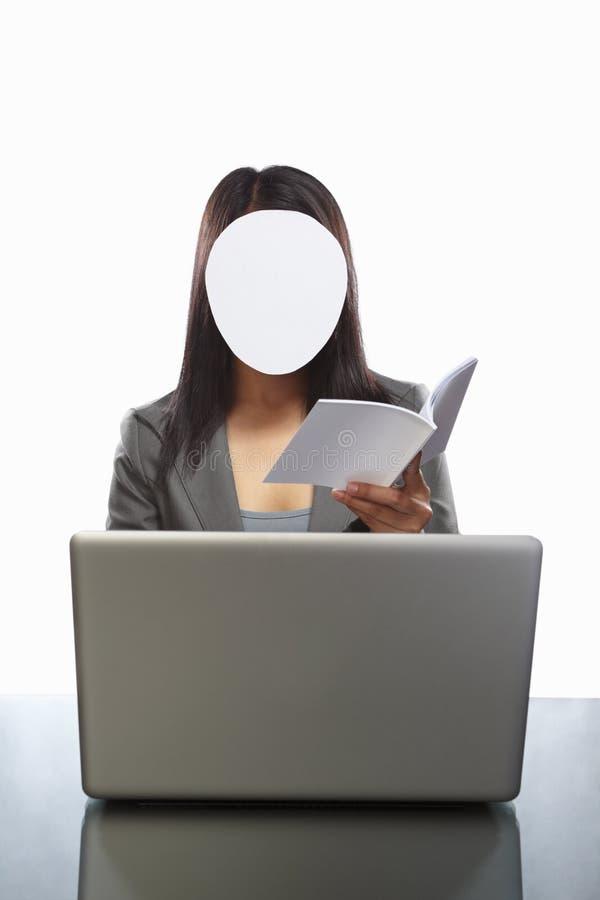 女实业家匿名的膝上型计算机 免版税库存图片