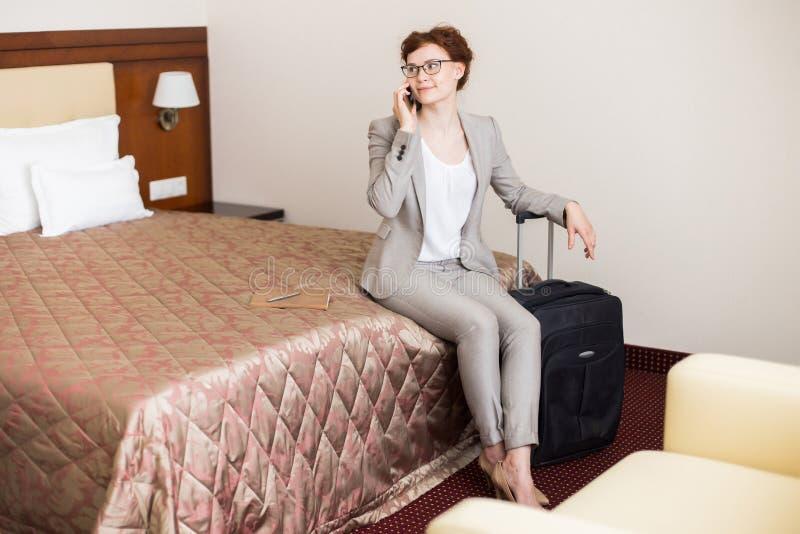 女实业家叫从旅馆客房 免版税库存图片