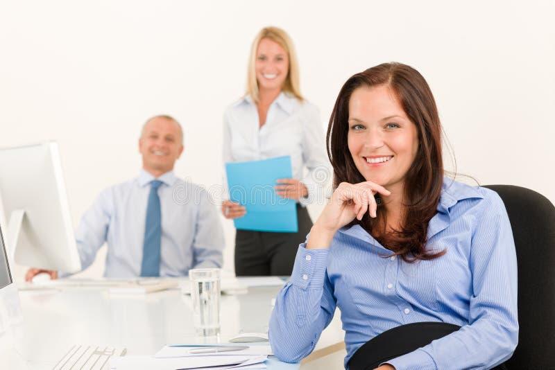 女实业家同事办公室相当坐微笑 免版税图库摄影