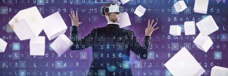 女实业家后侧方的综合图象与vr一起使用 免版税库存照片