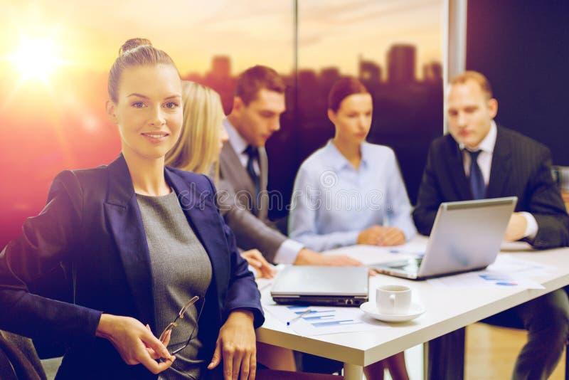 女实业家和企业队在办公室 免版税库存照片