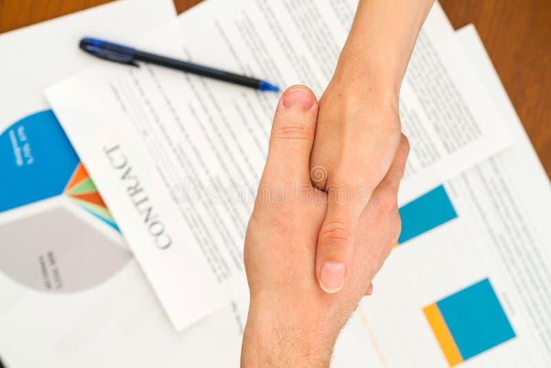 女实业家和商人握手特写镜头  图库摄影