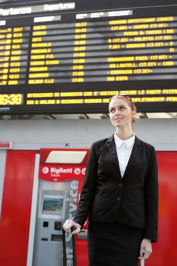 女实业家和火车时间表 免版税图库摄影