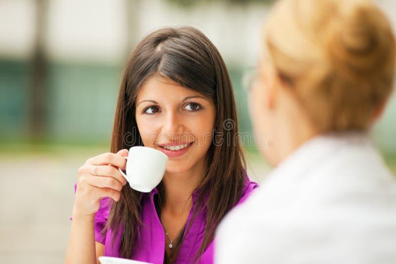 女实业家咖啡喝 免版税库存照片