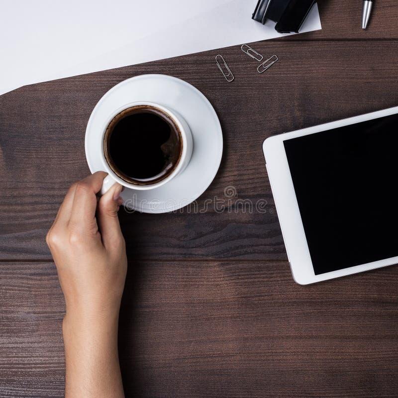 女实业家喝咖啡在她的办公桌 库存图片