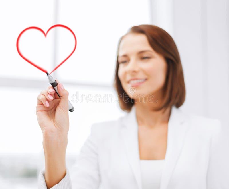 女实业家图画心脏在天空中 免版税图库摄影