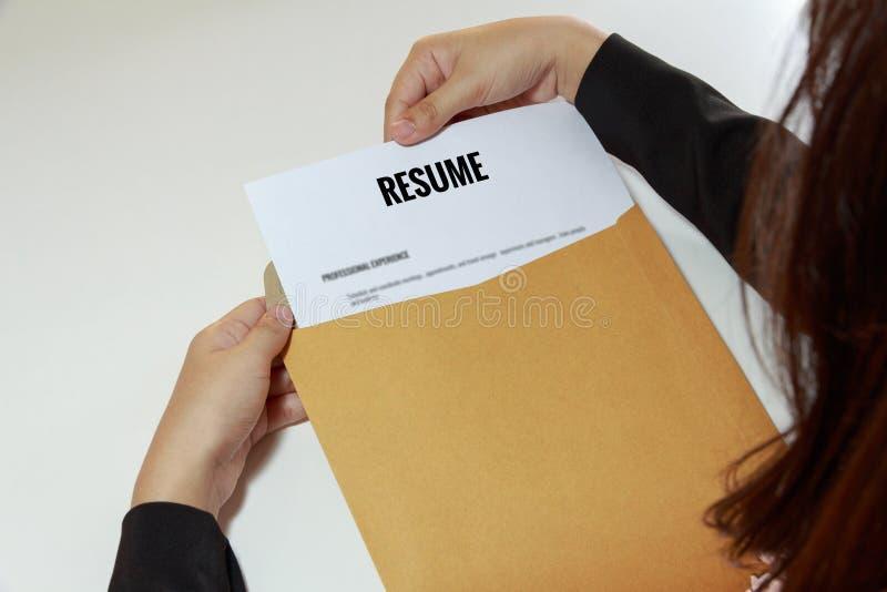 女实业家在信件信封的开头简历 免版税库存图片