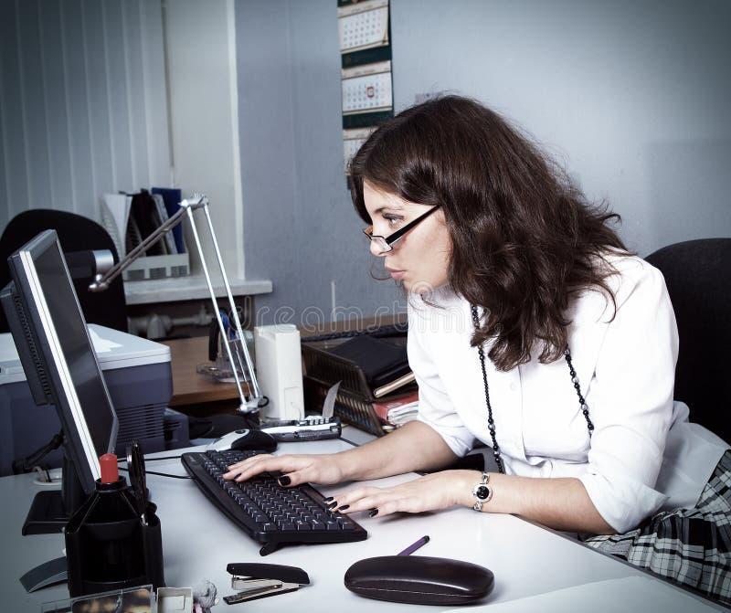 年轻女实业家在办公室 免版税库存图片