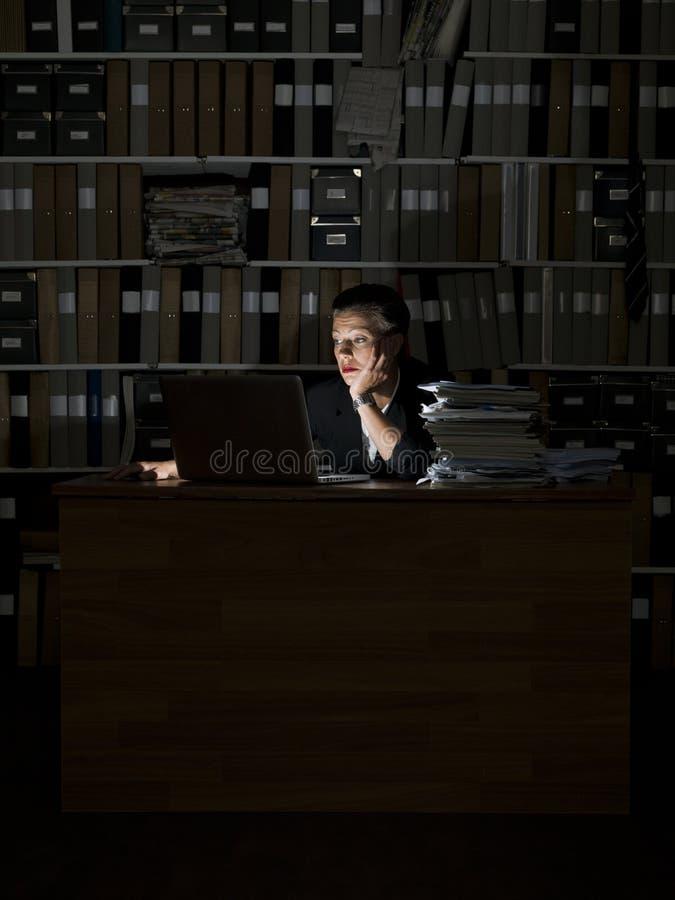 女实业家在晚上 库存图片