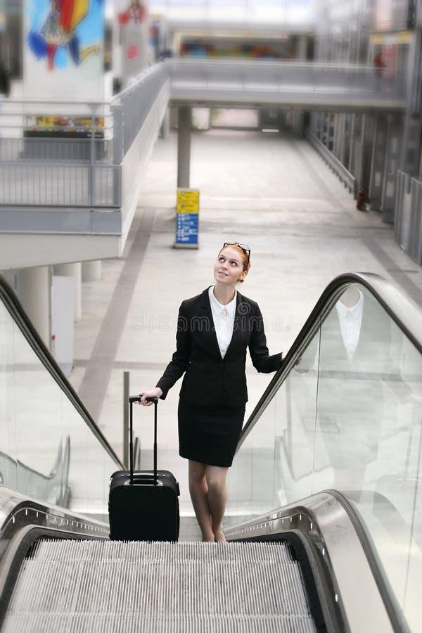 女实业家在现代火车站大厅里 图库摄影
