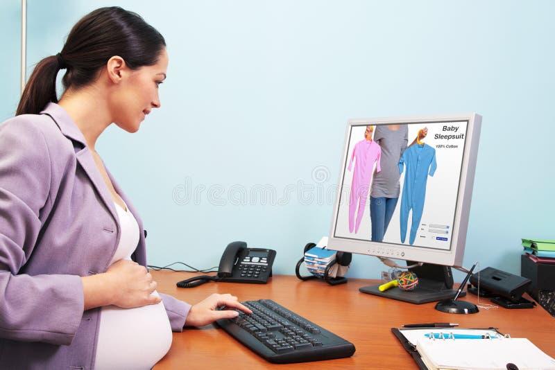 女实业家在线怀孕的购物 免版税库存图片