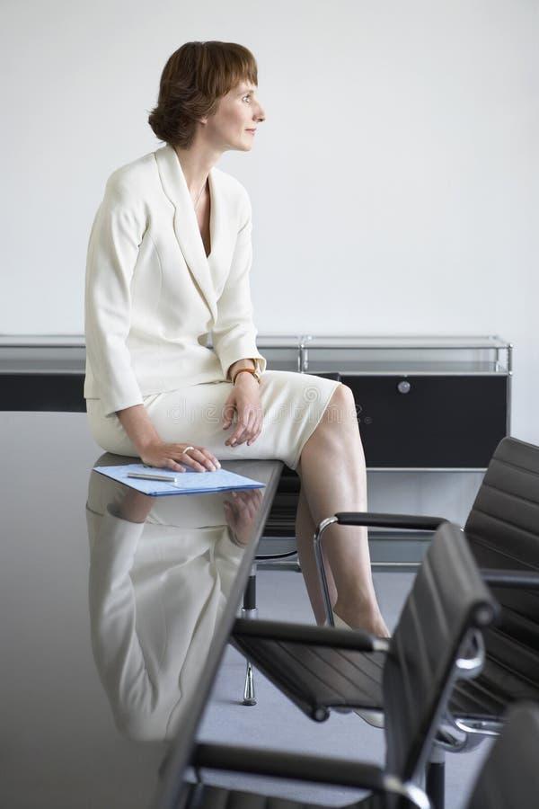女实业家坐会议桌 免版税图库摄影