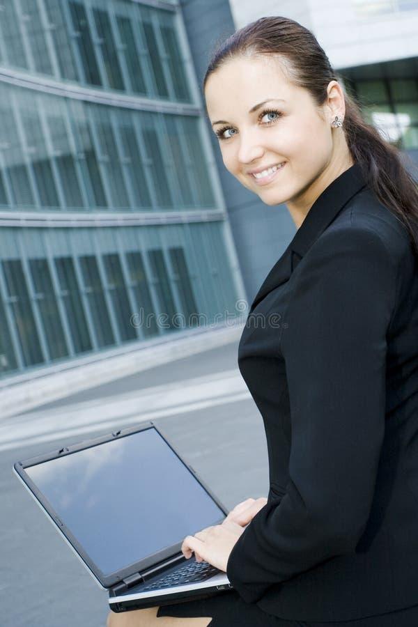 女实业家外面膝上型计算机办公室使用 库存图片