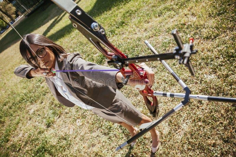 女实业家实践的射箭 免版税库存图片