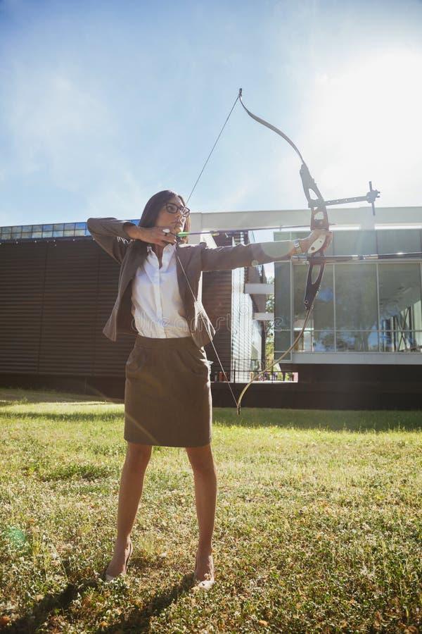 女实业家实践的射箭 库存照片