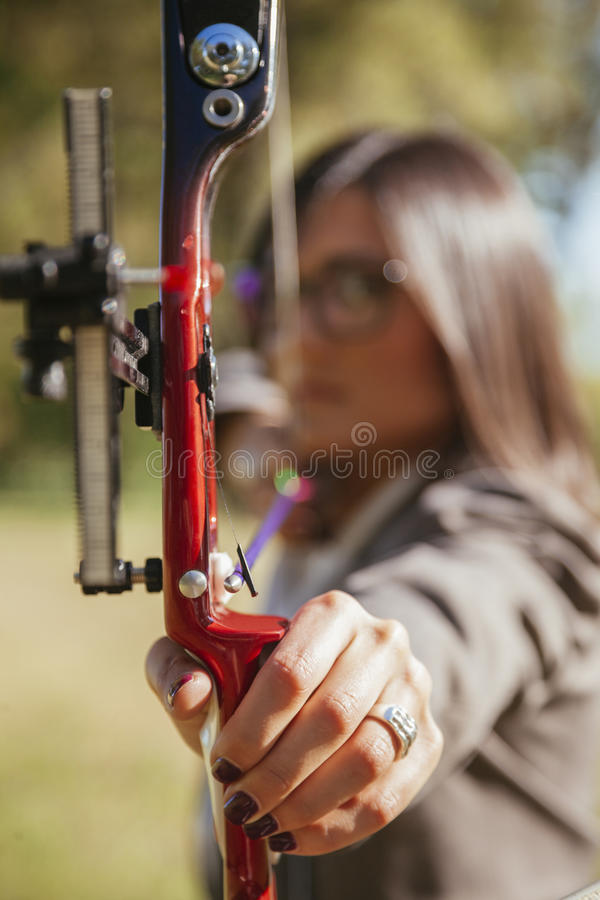 女实业家实践的射箭 免版税库存照片