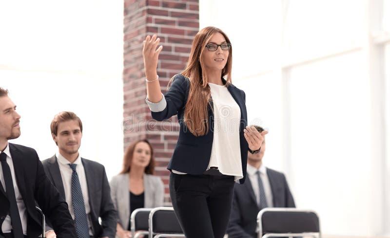 女实业家对代表演讲在会议 免版税库存照片