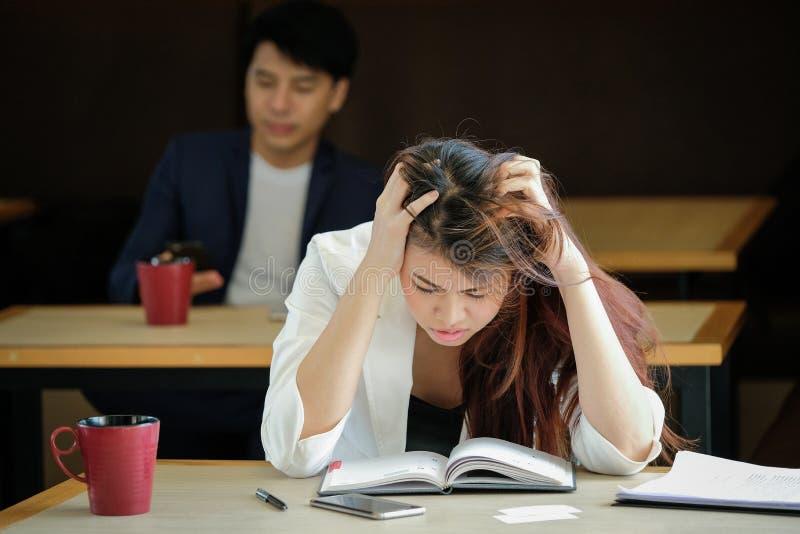 女实业家工作安排头疼制定出工作 库存图片
