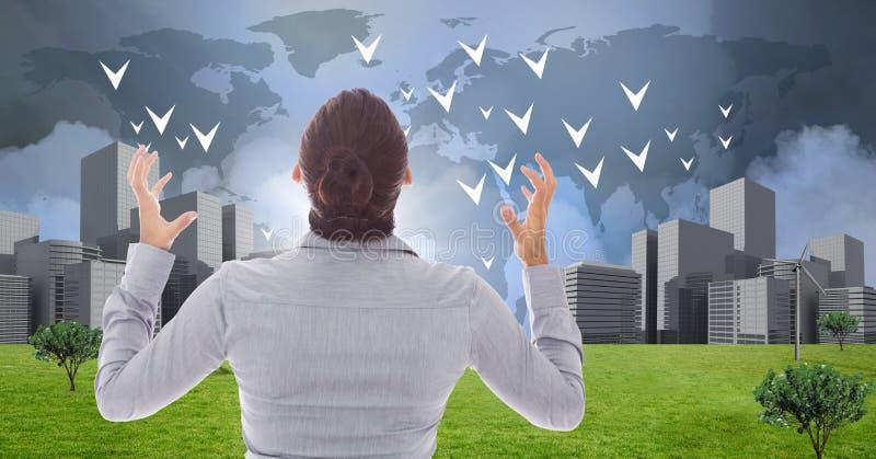 女实业家强有力与有世界地图的手弯曲的开放看的城市 库存图片