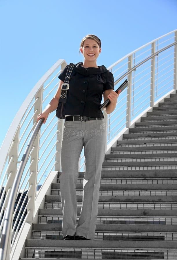女实业家微笑的年轻人 免版税库存图片