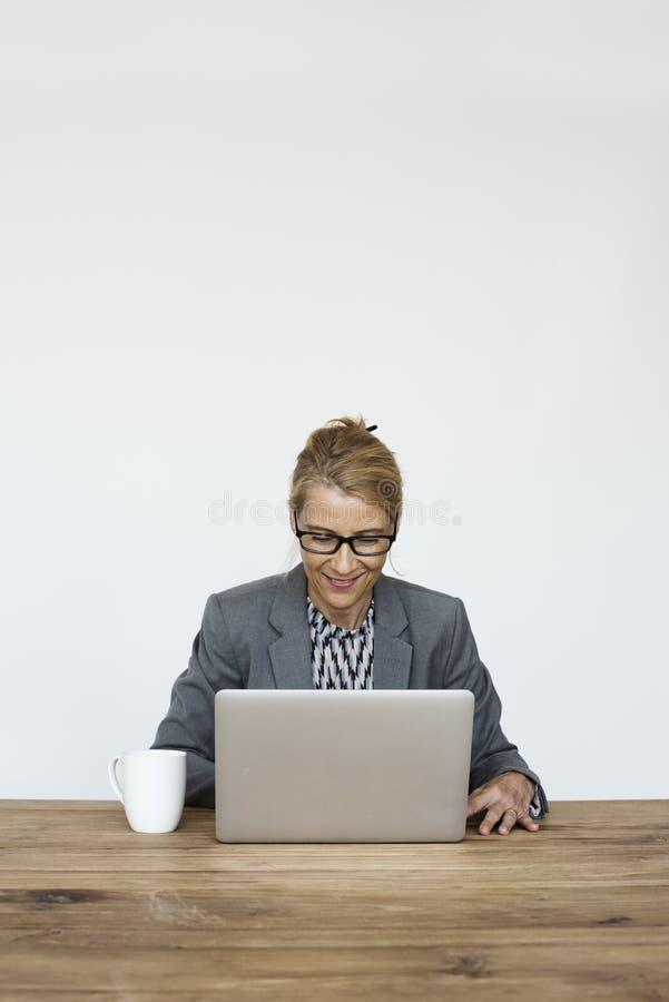 女实业家微笑的幸福运作的膝上型计算机演播室画象 免版税图库摄影
