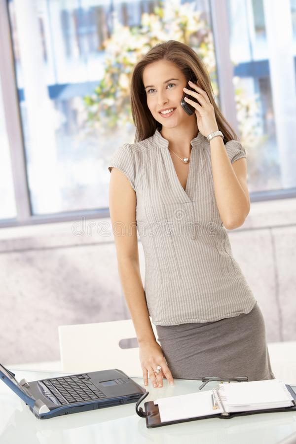 女实业家快乐的电话 库存图片