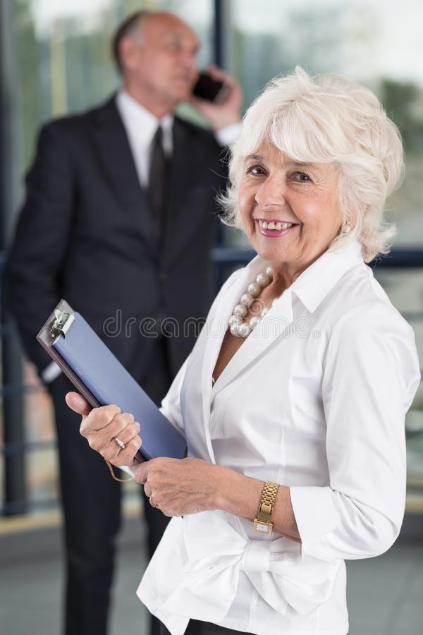 女实业家愉快的前辈 免版税库存图片