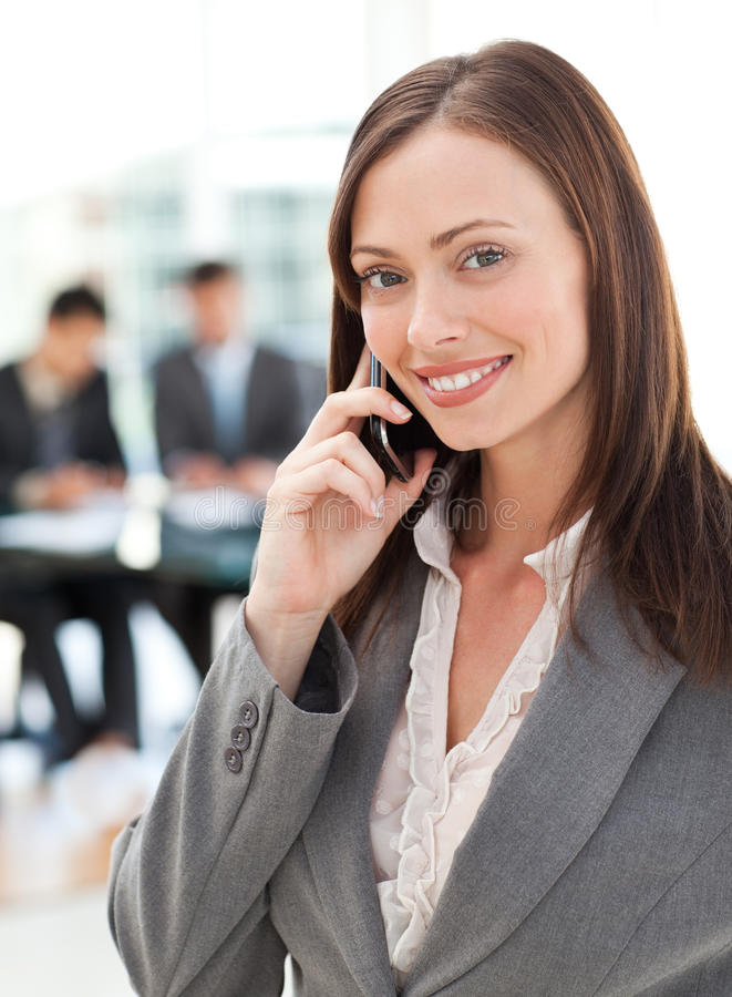 女实业家愉快的电话 免版税库存照片