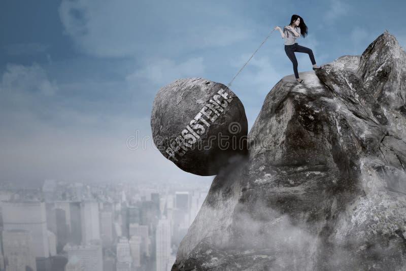 女实业家拉扯在峭壁的坚持词 免版税库存图片