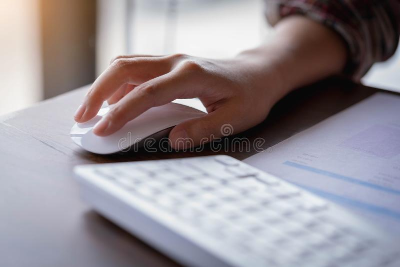 女实业家拿着计算机老鼠的` s手特写镜头  techno 库存照片