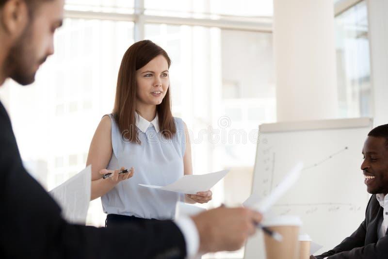 女实业家控股公司简报,与雇员谈论文书工作 库存照片