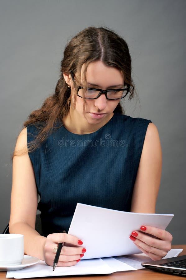 女实业家提供读取 免版税库存图片