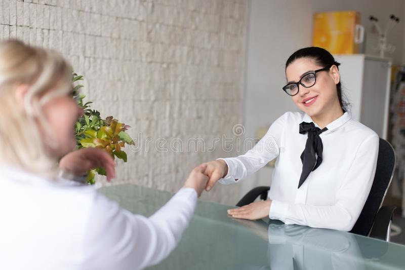 女实业家握手在办公室 图库摄影