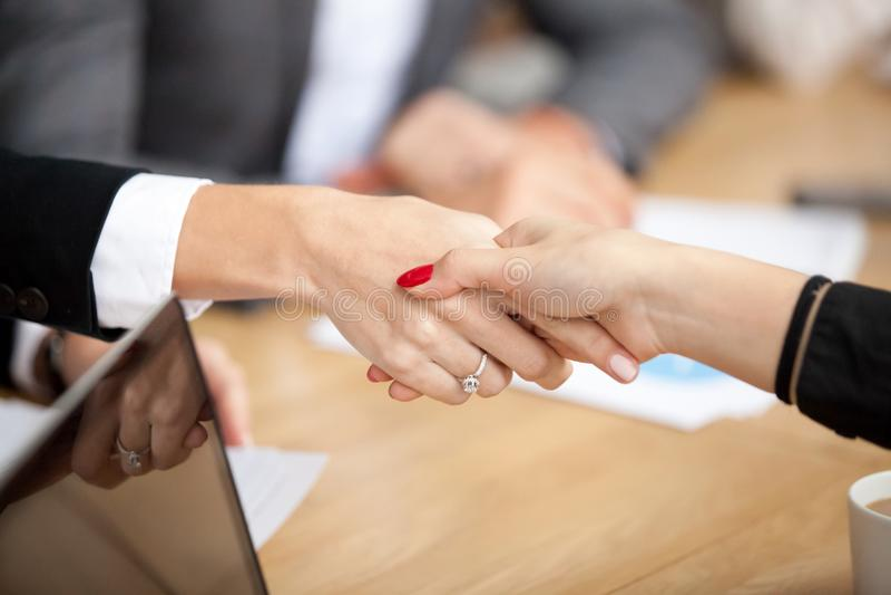 女实业家握手在小组会议,女性手震动上 免版税库存图片
