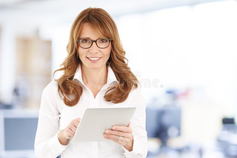 女实业家数字式片剂 免版税库存照片