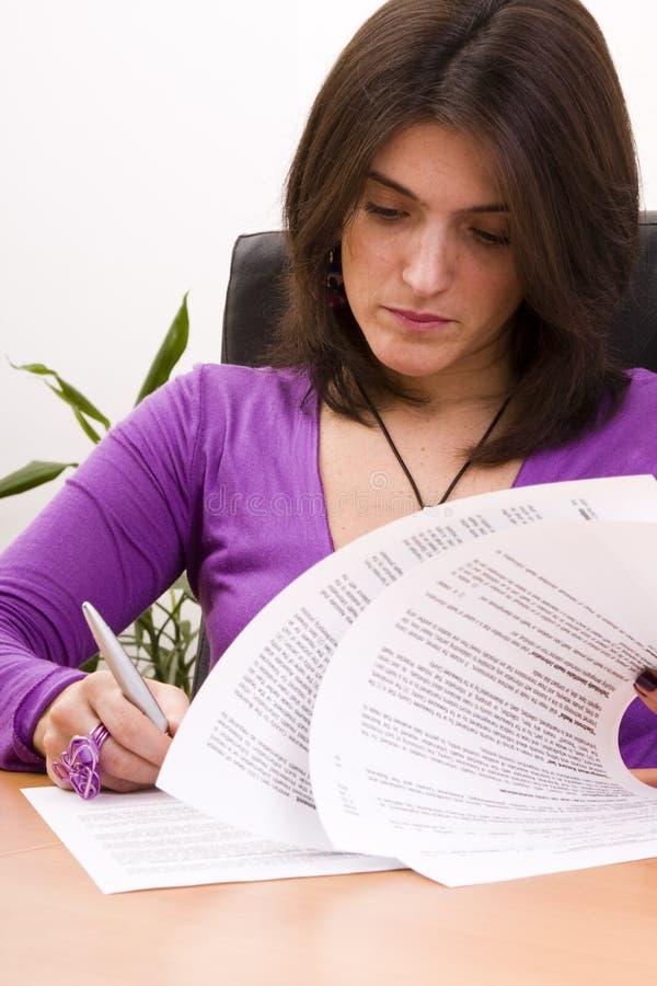 女实业家文件签字 图库摄影