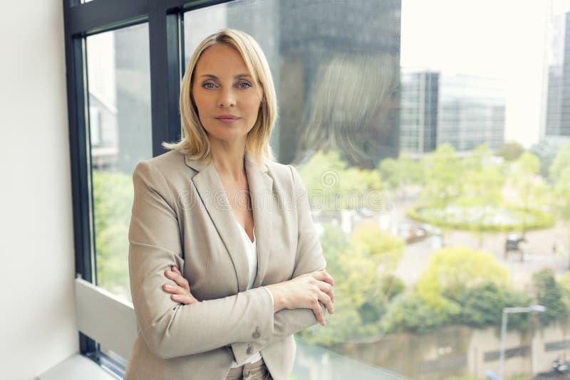 女实业家时尚画象在现代办公室 大厦 免版税图库摄影