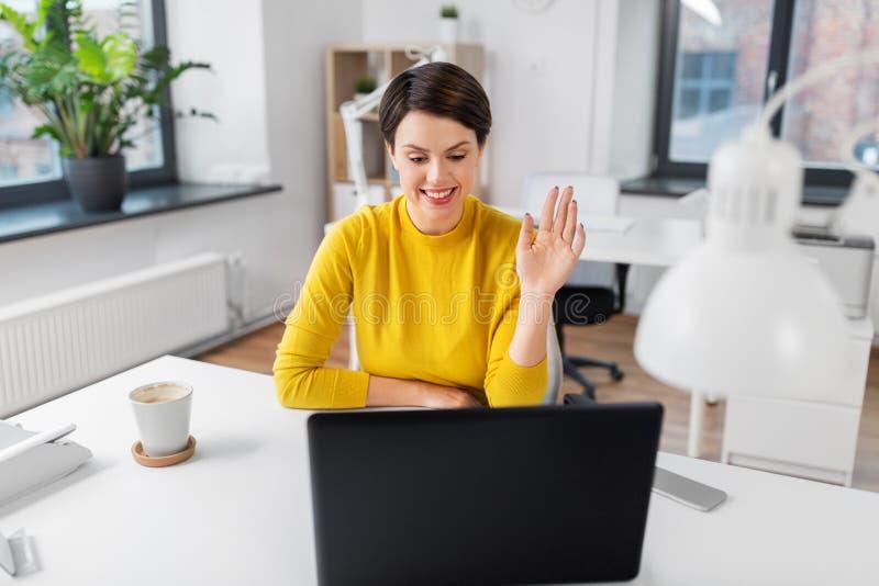 女实业家有视频通话在办公室 免版税库存照片