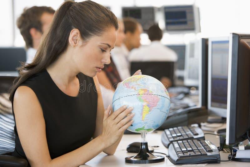女实业家服务台地球办公室空间 库存照片