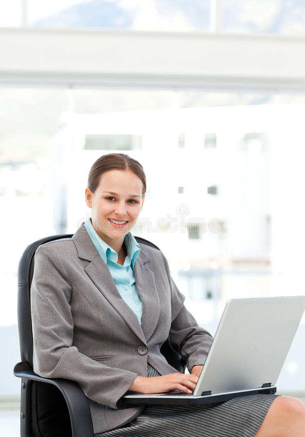女实业家服务台她俏丽的工作 免版税库存图片
