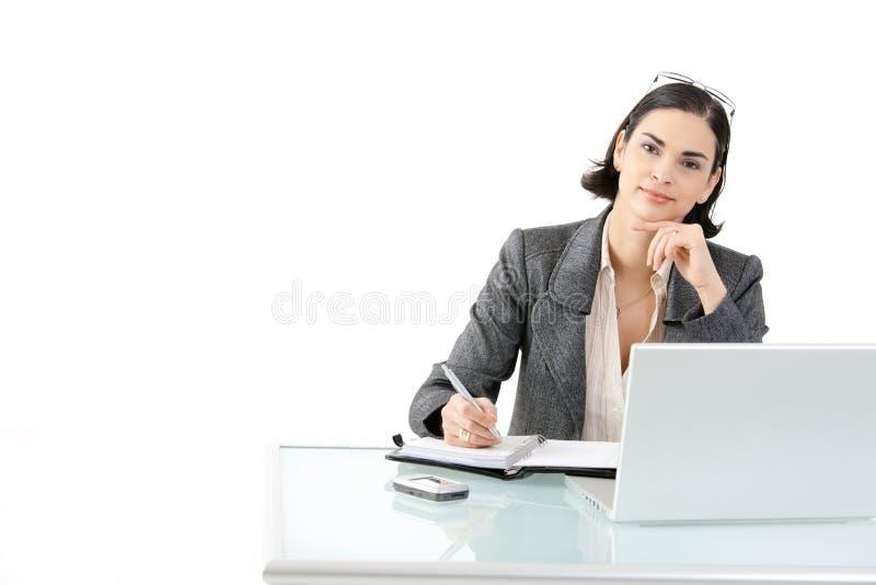 女实业家服务台工作 免版税库存图片