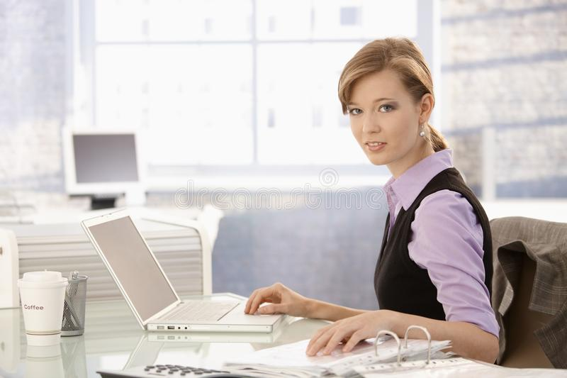 女实业家服务台工作 免版税图库摄影