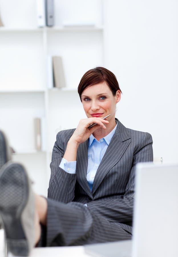 女实业家服务台英尺办公室开会 库存图片