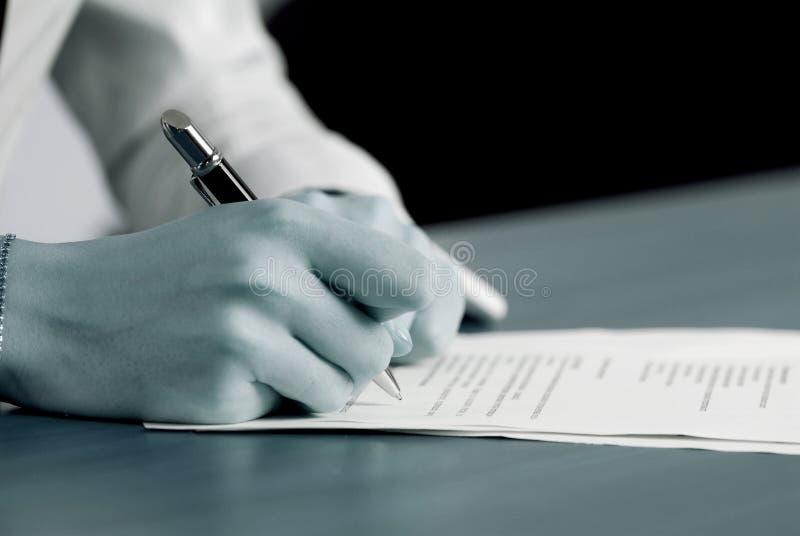 签署重要文件 免版税图库摄影