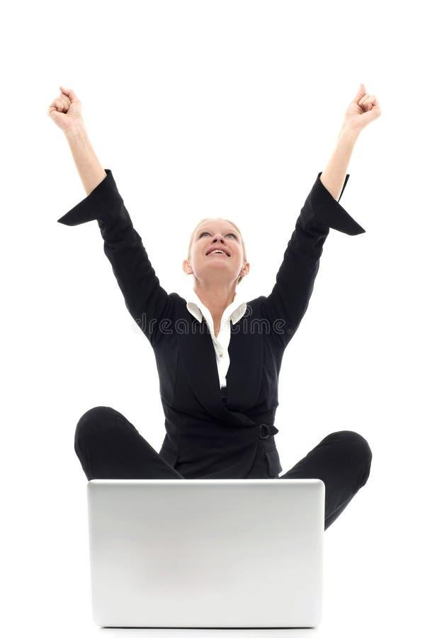 女实业家楼层膝上型计算机开会 免版税库存照片