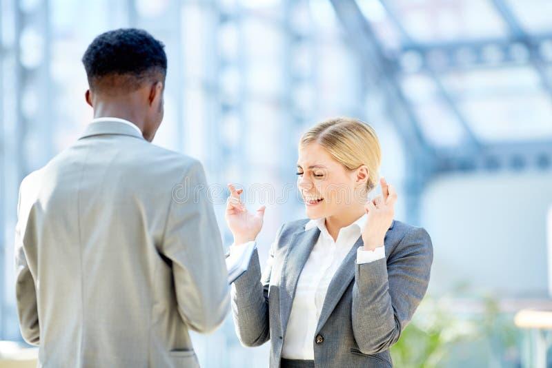 年轻女实业家横穿手指 免版税库存照片