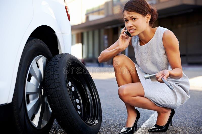 女实业家泄了气的轮胎 免版税库存图片